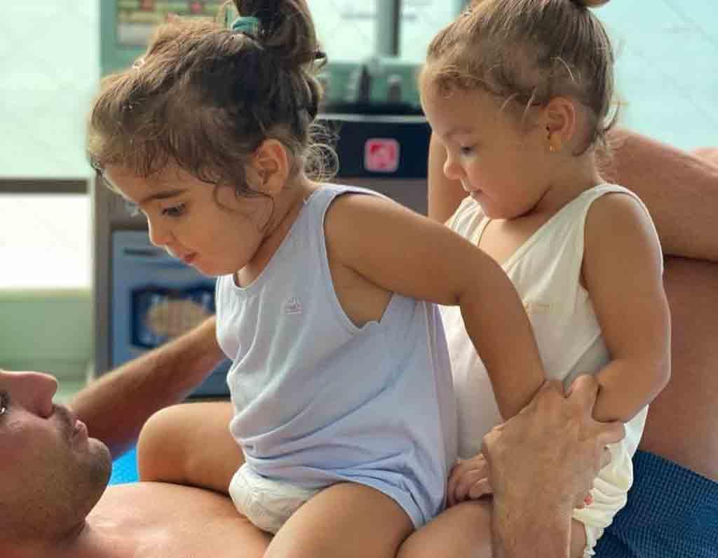 Em momento raro e fofo, Ivete Sangalo divulga fotos das filha Marina e Helena