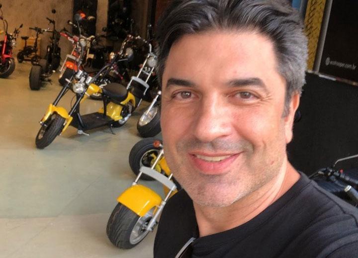 Edu Guedes sofre acidente de moto e tem fratura exposta no braço