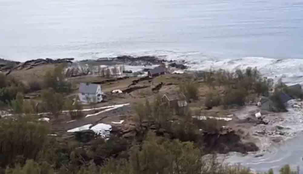 Impressionante! Deslizamento de terra 'engole' oito casas; veja o vídeo