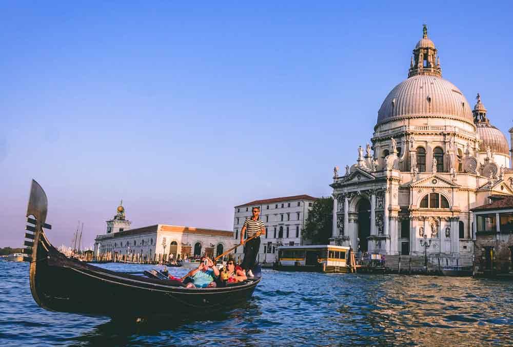 Veneza restringe lotação nas gôndolas por causa do peso dos turistas