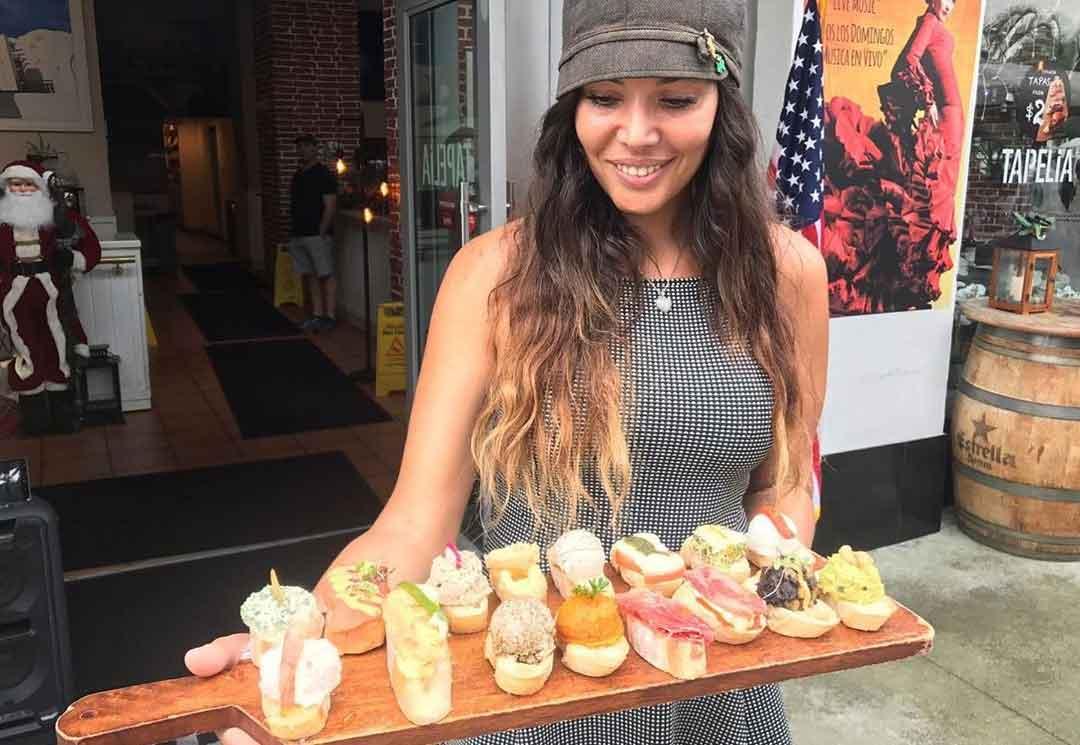 Saiba quem é Madelyne, a dona do restaurante que quebrou uma obra de Romero Brito em frente ao artista. Foto: Instagram