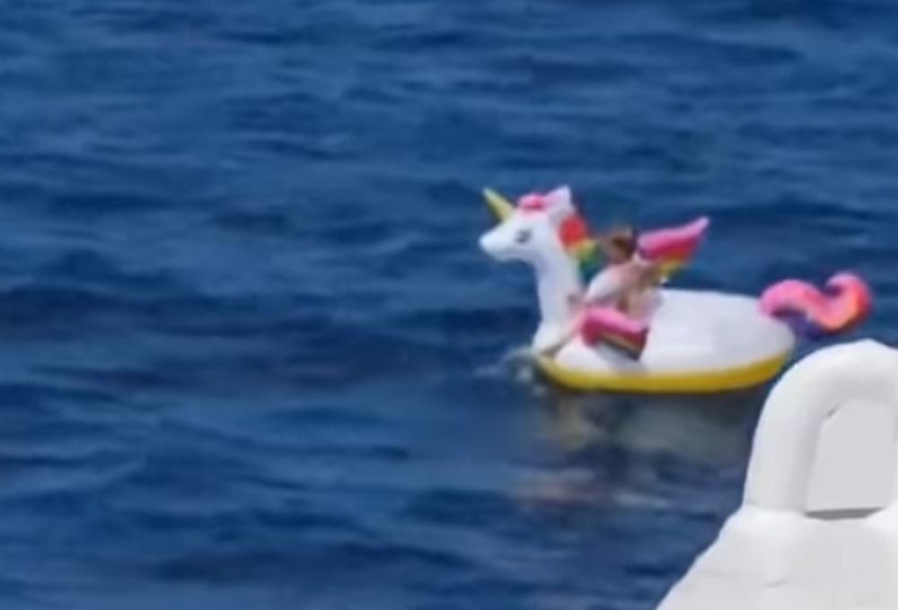 Menina de 4 anos é resgatada depois de ser arrastada para alto mar em unicórnio inflável. Foto: Reprodução Youtube