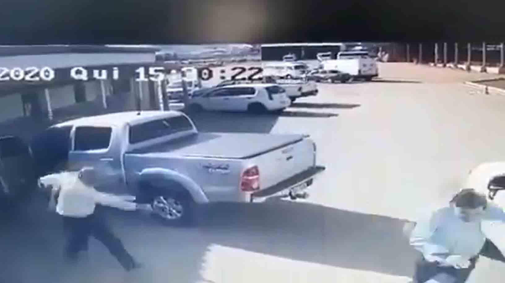 Câmera de segurança grava momento em que candidato a vereador é assassinado; veja o vídeo. Foto: reprodução Twitter