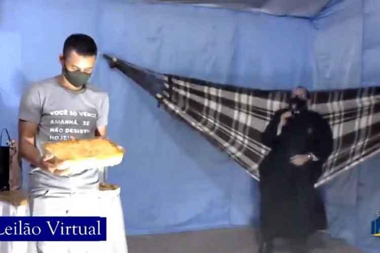 Vídeo de padre leiloando lasanha enquanto se balança em rede viraliza; veja. Foto: Reprodução Facebook