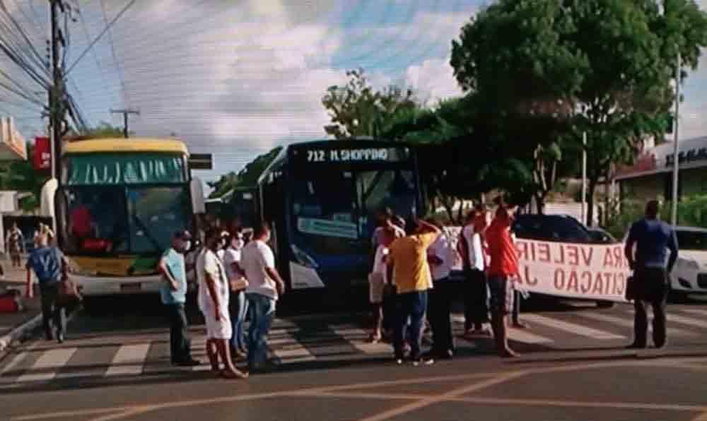 Maceió: protesto de ex-funcionários da Veleiro e bloqueia a faixa azul da Avenida Fernandes Lima. FOTO: REPRODUÇÃO / TV GAZETA