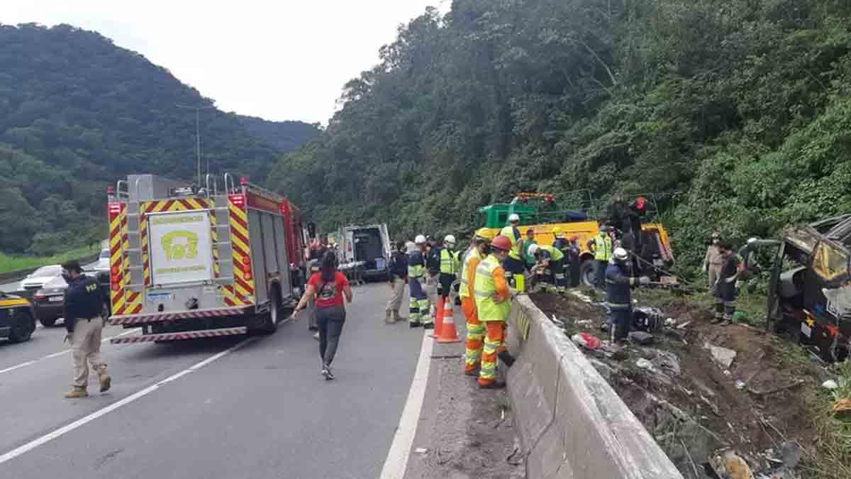 Acidente com ônibus deixa pelos menos 14 mortos e 32 feridos na BR-376, em Guaratuba. Foto: PRF