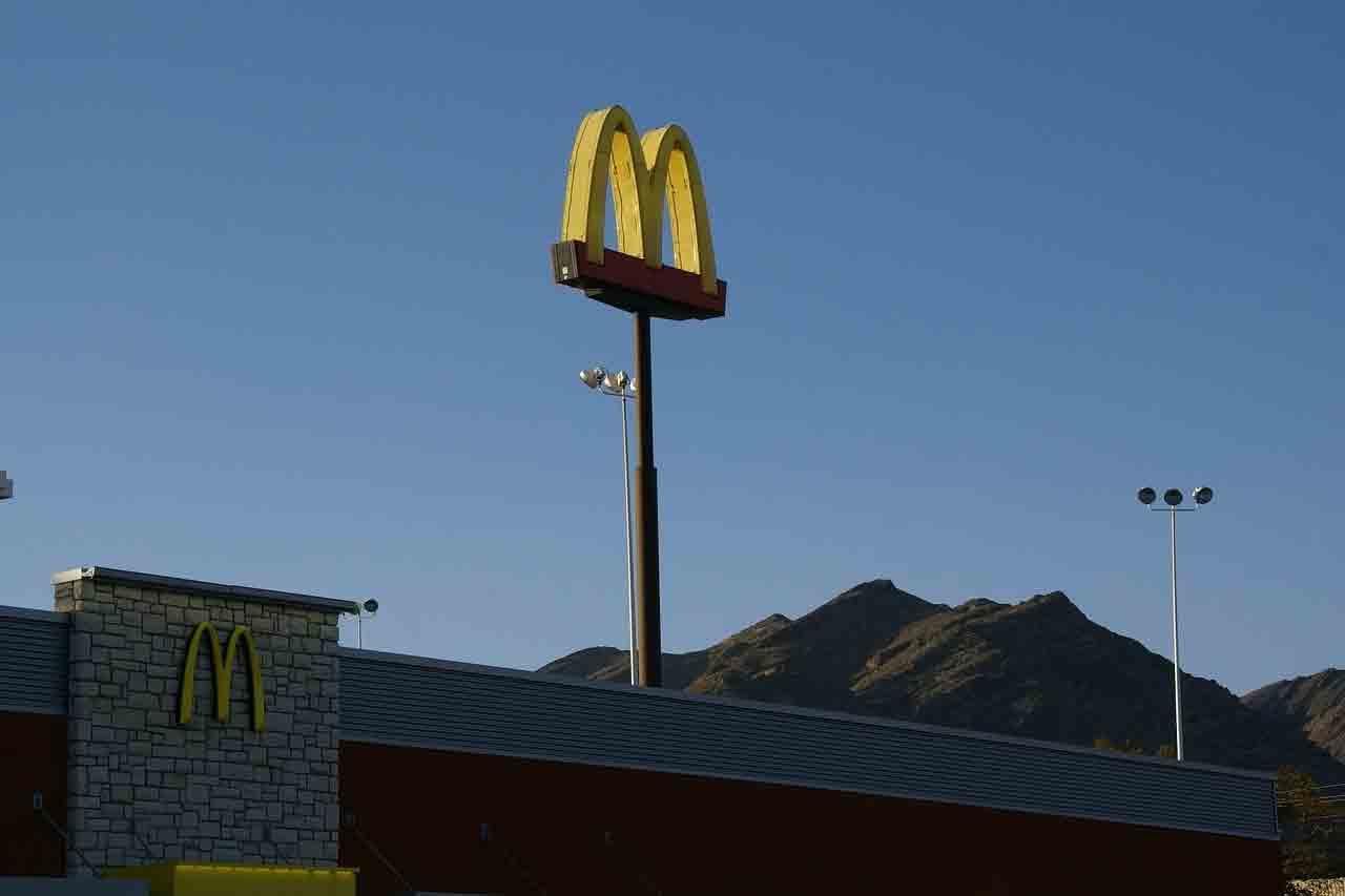 Idoso morre após tropeçar e bater a cabeça em calçada de drive-thru do McDonald. Foto: pixabay