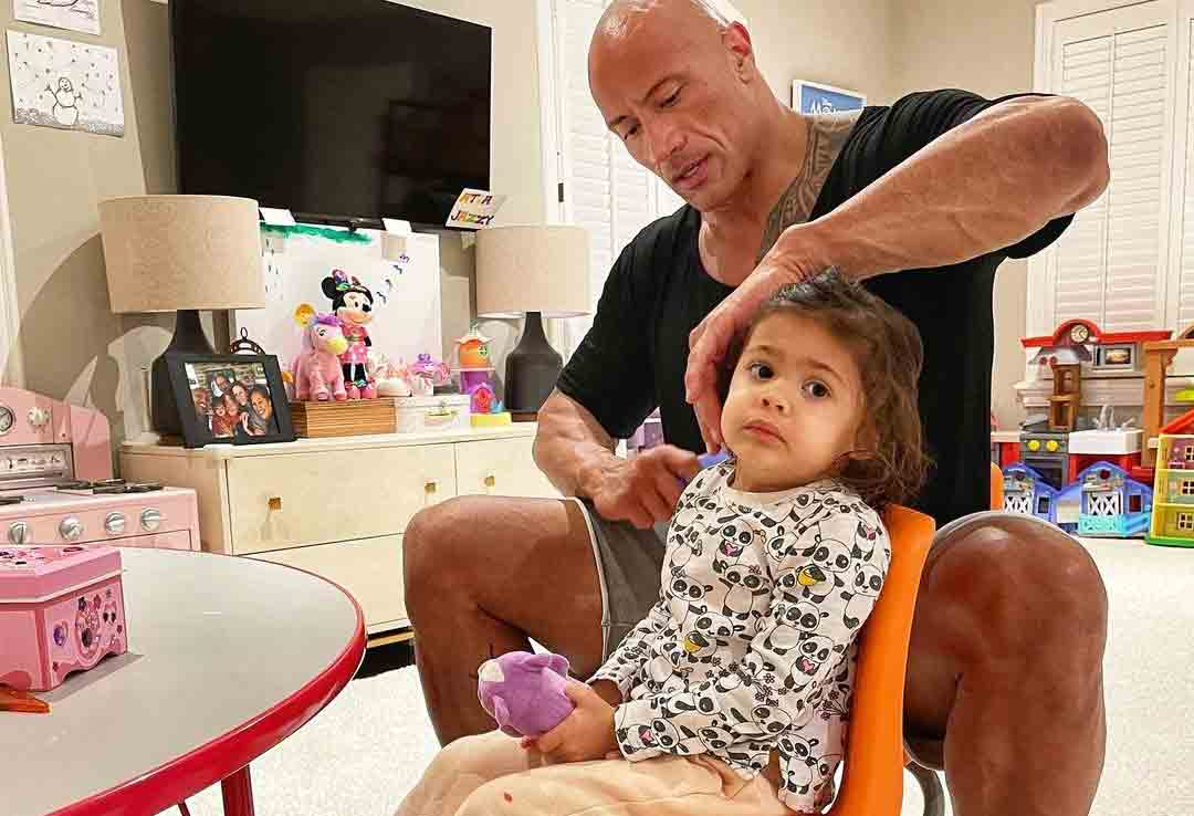 """Dwayne Johnson encanta fãs ao desembaraçar cabelo da filha: """"Posso ser careca, mas sei uma ou duas coisas"""". Foto: Reprodução Instagram"""