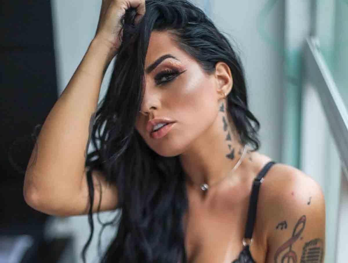 Perlla posa de lingerie transparentae e exibe tatuagem íntima. Foto: reprodução Instagram