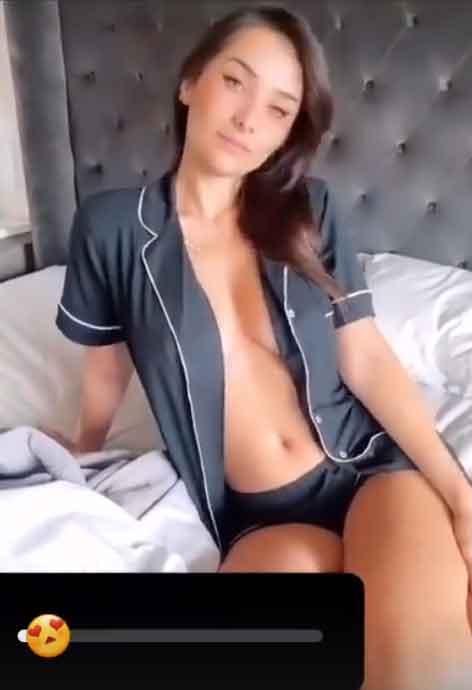 Irmã de Juliana Caetano causa no instagram usando um pijama aberto sem nada por baixo. Foto: reprodução Instagram