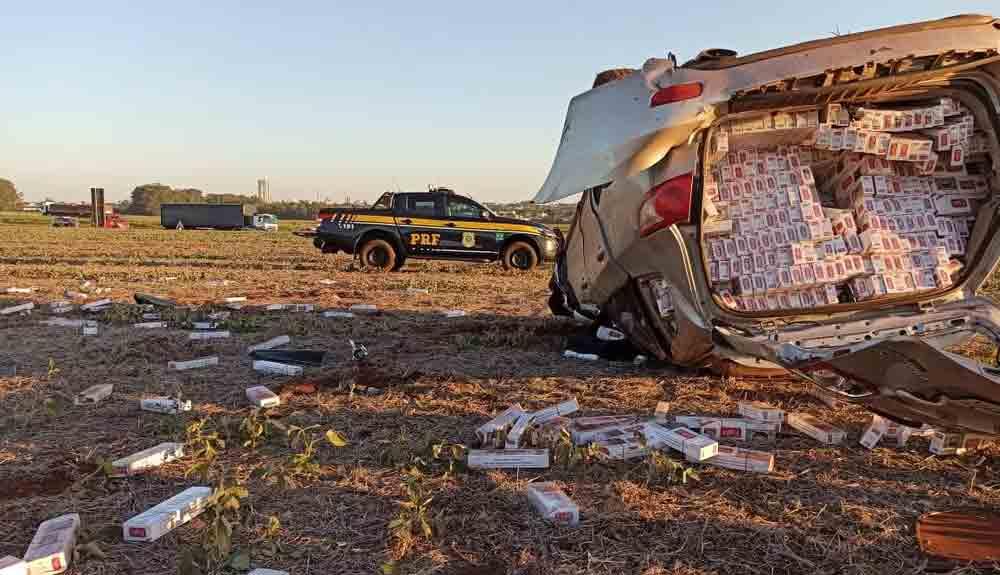 Motorista capota carro com 22,5 mil carteiras de cigarro, no Paraná — Foto: Divulgação/PRF