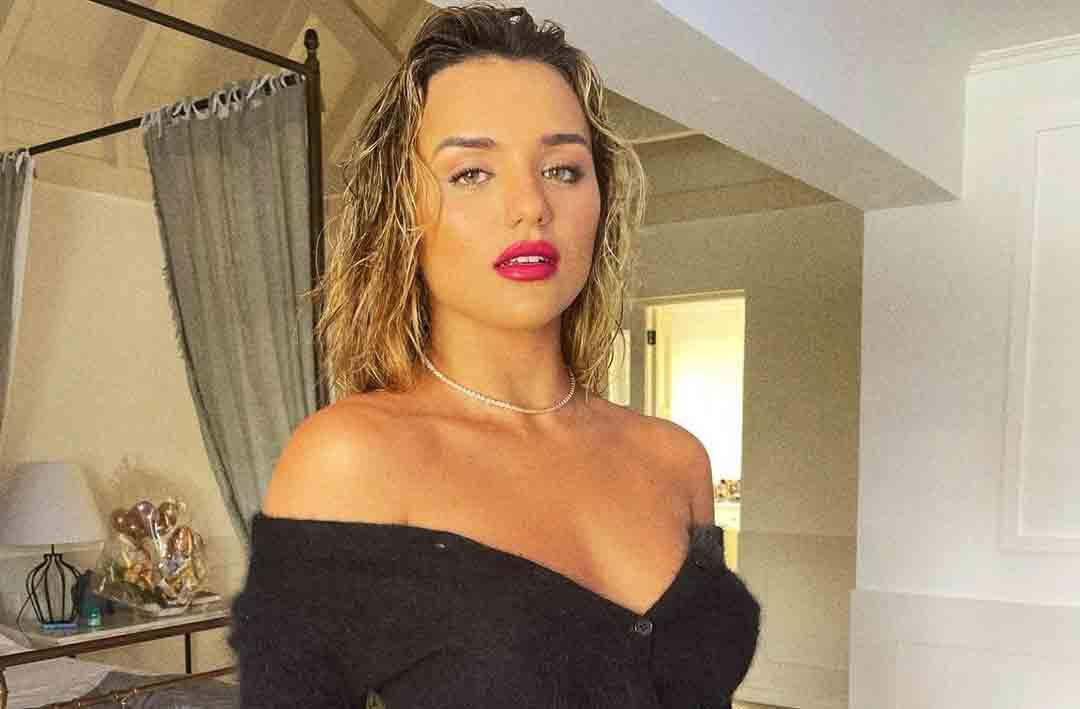 De blusa e calcinha, Rafa Kalimann publica foto sem retoques. Foto: Reprodução Instagram