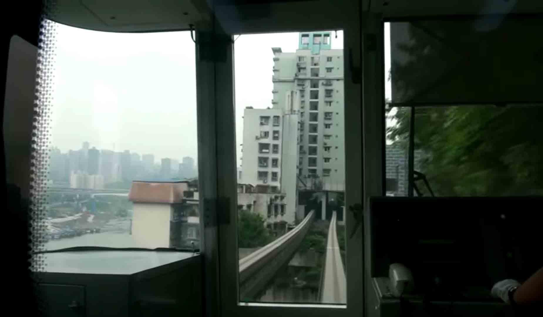 Esta linha de trem passa por dentro de um prédio residencial. Foto: Reprodução Youtube
