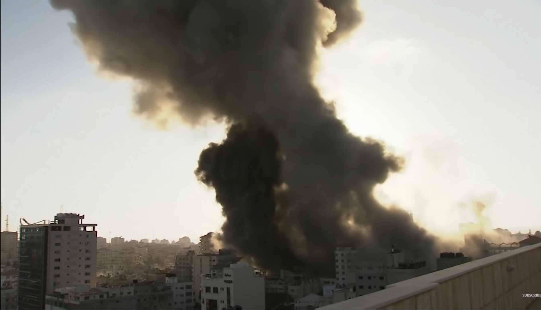 Repórter se desepera em transmissão ao vivo por bombardeio em Gaza. Foto: Reprodução Youtube