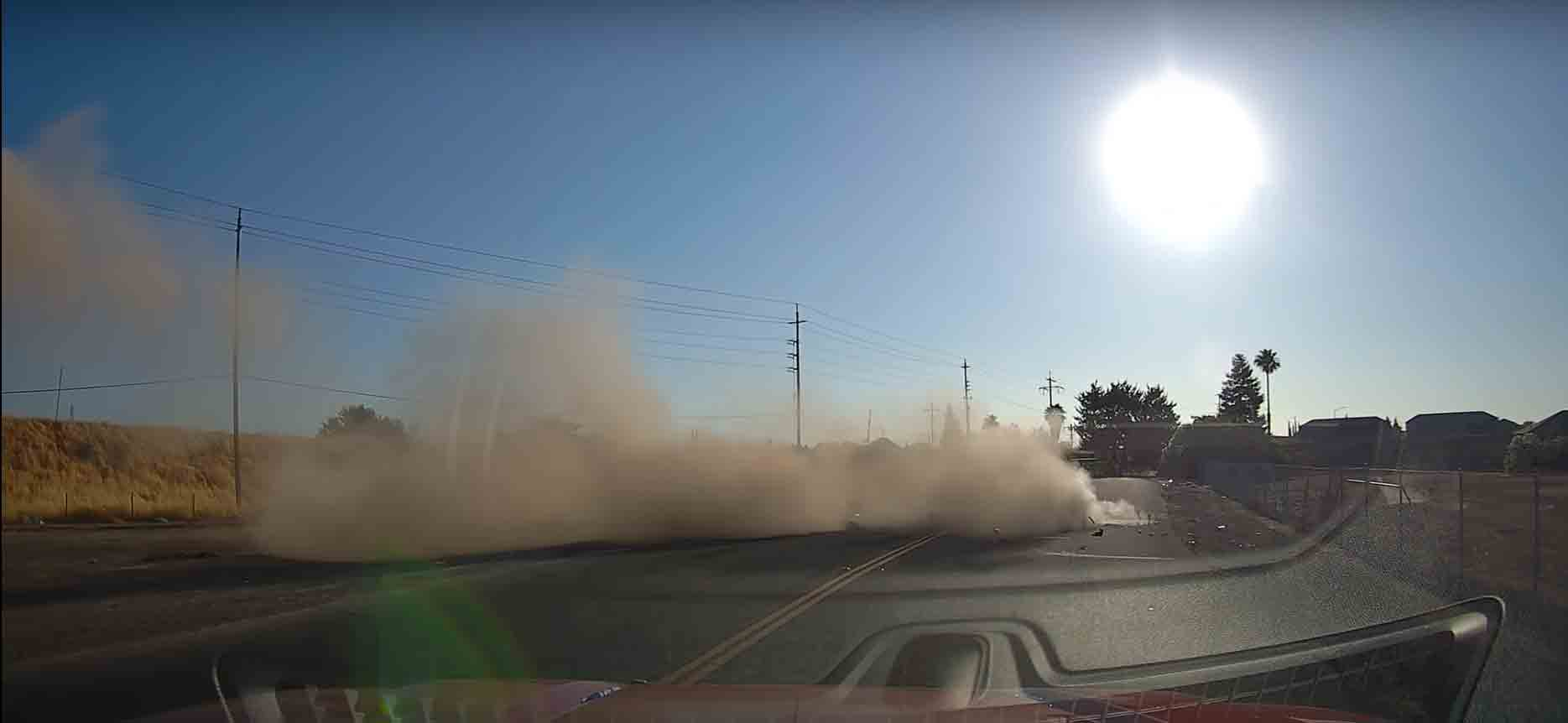 Carro bate em rodovia e voa  em um vídeo chocante. Foto: Reprodução Youtube